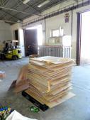 Balíkovací stroj a kartón prichystaný na lisovanie